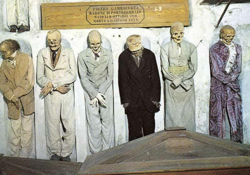 мумии и скелеты в церкви капуцинов в Риме. Воздух внутри опасен для здоровья
